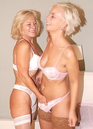 Free Blonde MILF Porn Pictures